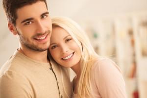 Casal jovem se abraçando | O que é o HPV?
