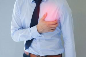 Homem com dor no peito | Disfunção erétil e doenças cardiovasculares podem estar relacionadas