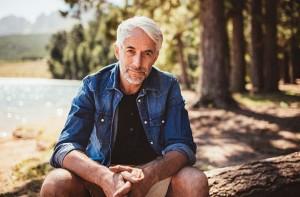 Homem mais velho sentado | Antidepressivos podem impedir a metástase no câncer de próstata