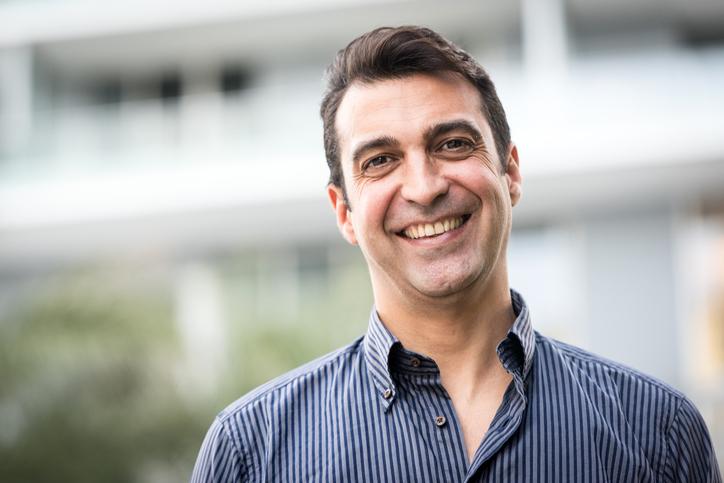 Homem sorrindo | O que é cistoscopia?