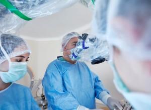 Cirurgião realizando procedimento por meios robóticos | O uso da cirurgia robótica na urologia