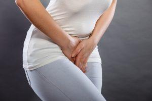 Mulher pressionando a bexiga   Infecção Urinária Quando as mulheres procuram o Urologista