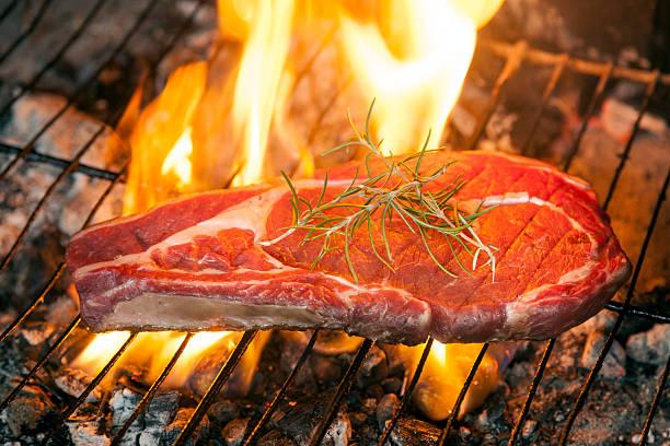 Carne vermelha crua na churrasqueira | O câncer de próstata atinge mais de 61 mil homens todos os anos no Brasil. Leia aqui as estatísticas, fatores de risco, prevenção e tratamento da doença.
