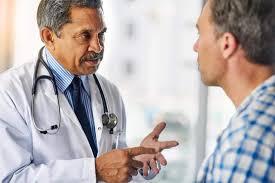 Médico conversando com paciente | O câncer de próstata atinge mais de 61 mil homens todos os anos no Brasil. Leia aqui as estatísticas, fatores de risco, prevenção e tratamento da doença.