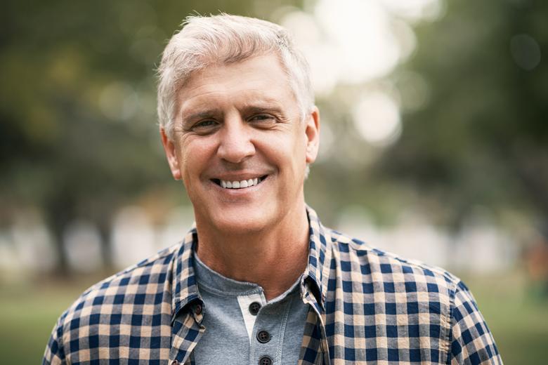 Homem meia idade sorrindo